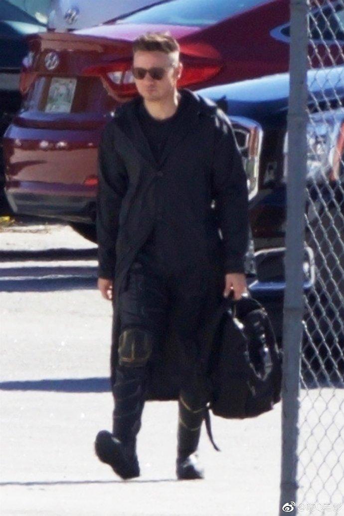 Clint Barton aparece como Ronin em nova imagem do set de gravações de Vingadores 4!